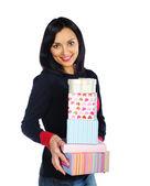 Bella donna bruna tenendo un sacco di scatole presenti — Foto Stock