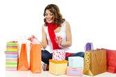 幸せな女の子のショッピング バッグのプレゼントを探しています — ストック写真