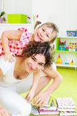 自宅の小さな娘と幸せな母 — ストック写真