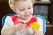 Küçük kız bir yıldız şekli çamurdan hamur yapma — Stok fotoğraf