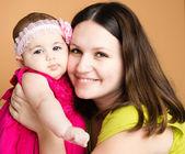Closeup retrato de la hermosa joven madre con hija — Foto de Stock