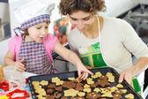 Menina, mãe com bolinhos cozidos — Foto Stock