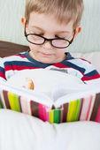 маленькая книга чтение милый мальчик в постели — Стоковое фото