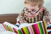 маленькая книга чтение больной мальчик в постели — Стоковое фото
