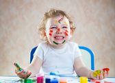 Boyalı ellerle mutlu çocuk — Stok fotoğraf