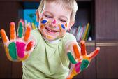 可爱的小男孩,显示他多彩的手掌 — 图库照片