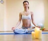 Mat yoga egzersiz yaparak genç ve güzel kadın — Stok fotoğraf