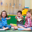 Excited children holding thumbs up — Stockfoto