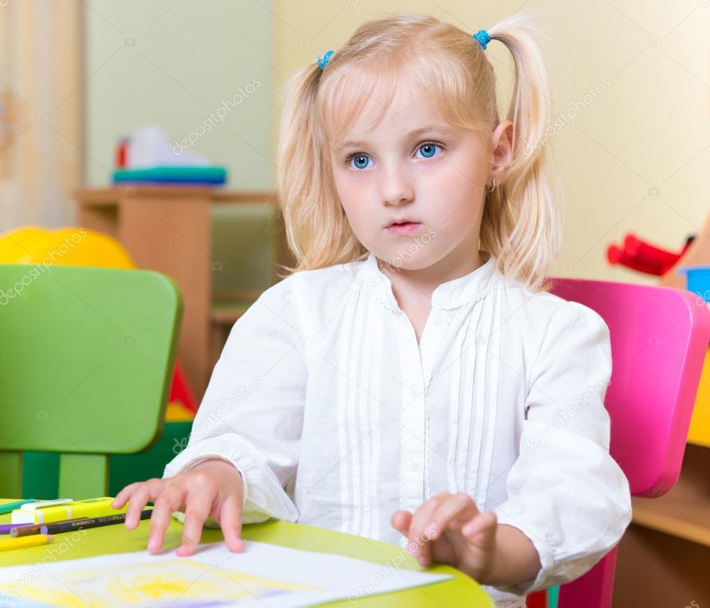 蓝眼睛的可爱小金发女孩的肖像— 照片作者 petrograd99