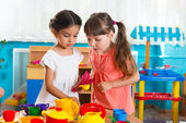 Two little girls playing in daycare — Стоковое фото