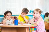 Grupo de giro crianças prescool de desenho — Foto Stock