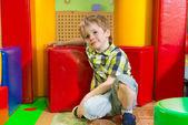 Menino bonitinho no ginásio de creche — Foto Stock