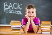 Schattig leerling met boeken in klas — Stockfoto