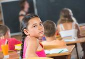 学校でのレッスン中に美しい女の子 — ストック写真