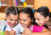 Gruppe von hübsch schüler spaß im klassenzimmer — Stockfoto