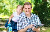 Szczęśliwy młody ojciec z córką w parku lato — Zdjęcie stockowe