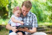 Jonge vader en dochtertje lezen — Stockfoto