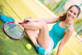 休んで若い女性のテニス選手 — ストック写真