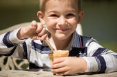 Smiling little boy eating ice-cream — Fotografia Stock