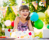 Pretty girl with cake at birthday party — Fotografia Stock