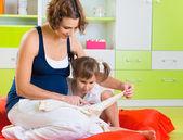 Jovem mãe com filha — Fotografia Stock
