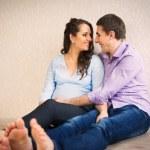 heureux jeune couple enceinte — Photo #36201823