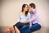 Szczęśliwa młoda para w ciąży — Zdjęcie stockowe