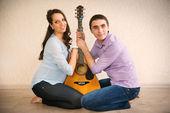 Happy young pregnant couple — Stockfoto