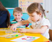 Petits enfants à leçon appliques — Photo