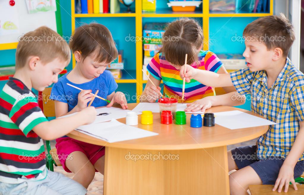 Crian as cute desenho com tintas coloridas no jardim de for Amapola jardin de infantes