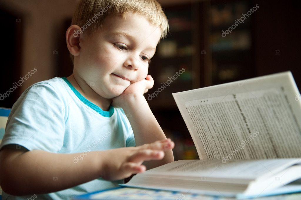 小男孩在看书在家里
