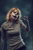 Zombie raccapriccianti su sfondo apocalittico — Foto Stock