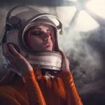 porträtt av astronaut tjej i hjälm — Stockfoto