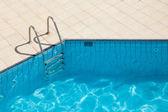 Piscina com escada de metal — Fotografia Stock