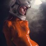 porträtt av sexig tjej i orange latex catsuit — Stockfoto
