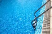Close-up da piscina com escada — Fotografia Stock