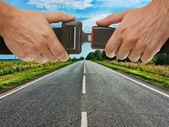 Pas bezpieczeństwa na tle drogi — Zdjęcie stockowe