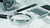 Oro reloj y útiles de oficina — Foto de Stock