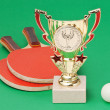 Sports awards and  tennis racquets on  green table - Foto Stock