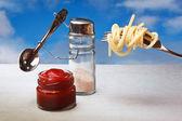 Roliga bestick saltkar och peppar kokta italiensk spaghetti — Stockfoto