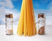Roliga bestick saltkar och peppar med pasta — Stockfoto