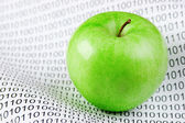 Ikili kod üzerinde yeşil elma — Stok fotoğraf