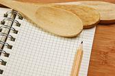 Laptop voor culinaire recepten op een keuken snijplank — Stockfoto