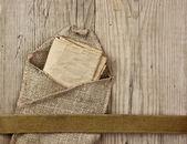 Strona rocznika papieru i notatki na deski — Zdjęcie stockowe