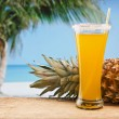 Pineapple juice and pineapple on the beach — 图库照片