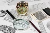 Zlaté hodiny a kancelářské potřeby — Stock fotografie
