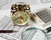 Altın saat ve ofis malzemeleri — Stok fotoğraf