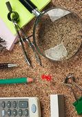 Fournitures de bureau dans un désordre sur la table — Photo