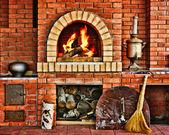 俄罗斯的室内厨房烤箱和在燃烧的火焰 — 图库照片