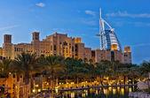 Natt syn på burj al arab hotel från territorium madinat jume — Stockfoto